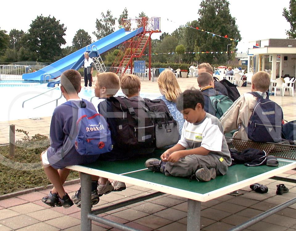 Fotografie Frank Uijlenbroek©2001/Frank Brinkman.010621 wijhe ned.ongeduldig wacht de jeugd bij het zwembad op de activiteiten.(opgegeven tijd was tijd was te 45min vroeg).sa1.fu010621_09