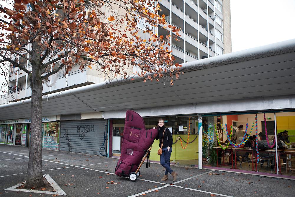 Une harpiste de<br /> l'orchestre des Siècles en résidence au Forum arrive une rencontre dans un café associatif des Tilleuls, un quartier ordinaire de banlieue avec ses tours, ses<br /> canapés pour dealers sous les porches et ses grilles de<br /> magasins fermés. <br /> Jeudi 13 novembre 2015, le nouveau maire UMP a mis fin à la convention qui liait le Forum, la Ville, les autres collectivités territoriales et l'État. L'association qui fait vivre le lieu ne survivra pas au-delà de fin décembre.<br /> Ce sont vingt emplois permanents menacés ; deux-cents à deux-cent-cinquante intermittents déprogrammés pour la fin de la saison ; six compagnies en résidence fragilisées. Ce sont aussi des liens humains qui tissaient une ville au quotidien qui disparaissent. Les crèches, les écoles, les collèges, les lycées, les hôpitaux, les centres sociaux, les services municipaux, les maisons de retraites, les associations menaient avec les artistes en résidence des projets de toutes sortes depuis une quinzaine d'années.