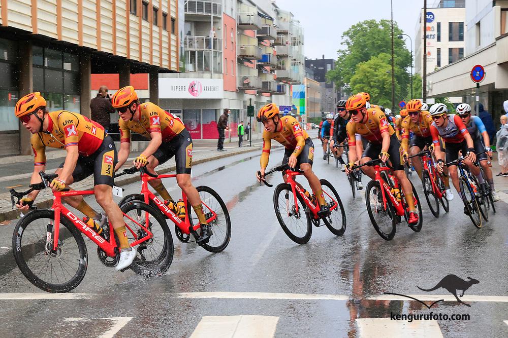 Fra herrenes elite start under NM på sykkel 2021 i Kristiansand. Hovedfeltet passerer i  sentrum av Kristiansand på siste runden.