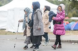 25.09.2015, Grenzübergang, Salzburg, AUT, Fluechtlingskrise in der EU, im Bild Migranten an der Grenze zu Deutschland warten auf den Übertritt // Migrants wait to go over the Border into Germany. Thousands of refugees fleeing violence and persecution in their own countries continue to make their way toward the EU, border crossing, Salzburg, Austria on 2015/09/25. EXPA Pictures © 2015, PhotoCredit: EXPA/ JFK