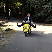 NLD/Baarn/20080915 - Ondertekening TROS Weekendamusement, Frans Bauer op een scooter
