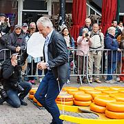 """NLD/Alkmaar/20180518 - Perspresentatie """"Nederland staat op tegen kanker"""" officiele start, Peter R. de Vries draagt een berrie"""