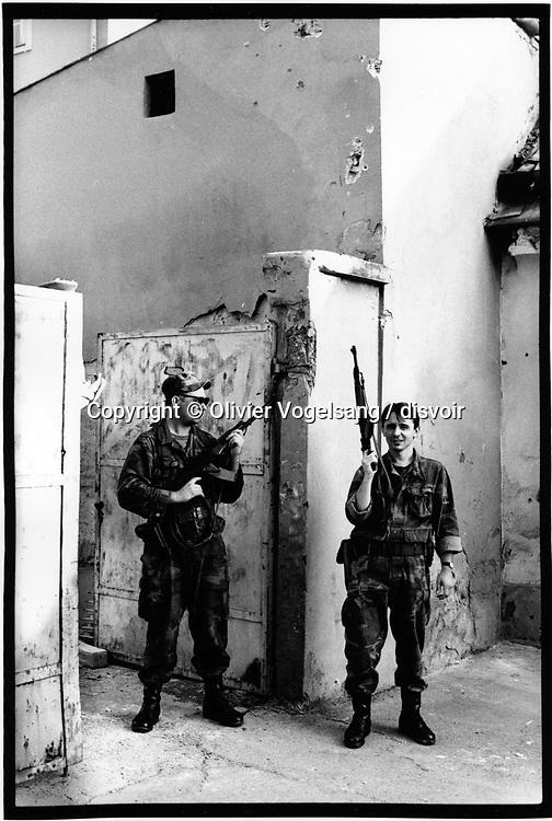Croatie. Osijek. Gardes croates en faction devant la porte d'un campement.