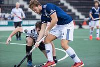 AMSTELVEEN -  Texas Bukkens (Pinoke) met Fergus Kavanagh (Amsterdam)     tijdens de      hoofdklasse hockeywedstrijd mannen,  AMSTERDAM-PINOKE (1-3) , die vanwege het heersende coronavirus zonder toeschouwers werd gespeeld. COPYRIGHT KOEN SUYK