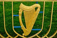 République d'Irlande, Dublin, Jardin du Souvenir, en mémoire de ceux qui ont perdu la vie pour l'indépendance de l'Irlande, barrière en forme de harpe // Republic of Ireland; Dublin, Garden of Remembrance, in memory of those who lost their lives for the independence of Ireland, harp-shaped barrier