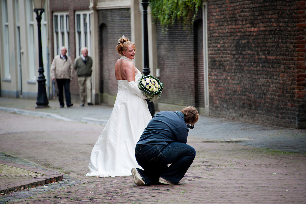 Een bruid wordt gefotografeerd achter de Dom,<br /> <br /> A bride is being photographed at the center of Utrecht.