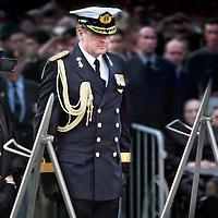 Nederland,Amsterdam ,4 mei 2006..Koningin Beatrix en kroonprins Willem-Alexander leggen een krans op de Dam tijdens Dodenherdenking.