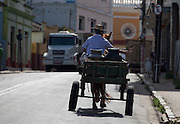 Carmo do Cajuru_MG, Brasil...O produtor rural distribui leite para moradores da cidade usando sua charrete em Carmo do Cajuru, Minas Gerais...The rural producer delivers milk to city residents using his chariots in Carmo do Cajuru, Minas Gerais...Foto: LEO DRUMOND / NITRO