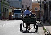 Carmo do Cajuru_MG, Brasil...O produtor rural distribui leite para moradores da cidade usando sua charrete em Carmo do Cajuru, Minas Gerais...The rural producer delivers milk to city residents using his chariots in Carmo do Cajuru, Minas Gerais...Foto: LEO DRUMOND / NITRO