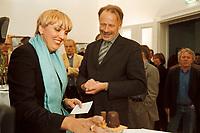 12 JUN 2001, BERLIN/GERMANY:<br /> Claudia Roth (L), B90/Gruene Bundesvorsitzender, und Juergen Trittin (R), B90/Gruene, Bundesumweltminister, Roth zeigt Trittin ein Modell-Atomkraftwerk der besonderen Art: Negerkuss als Reaktor und Keksroellchen als Schornstein auf einem Butterkeks; waehrend einer kleinen Feier aufgrund der Unterzeichnung einer Vereinbarung zwischen der Bundesregierung und den Kernkraftwerksbetreibern zur geordneten Beendigung der Kernenergie, Buendnis90/Die Gruenen Bundesgeschaeftsstelle<br /> IMAGE: 20010612-01/02-05<br /> KEYWORDS: Energiekonsens, Atomkonsens, Kernkraft, Kernenergie, Konsens, Energieversorgungsunternehmen, Jürgen Trittin
