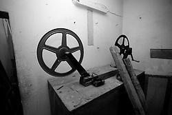 Nel vecchio cinema Massimo di Lizzano (Ta), nella sala proiezione, vi era uno strumento fondamentale. Quello che vedete è un'avvolgitore di pellicola. La medesima veniva inserita nella parte sinistra e con la manovella la si riavvolgeva.