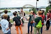 Nederland, Nijmegen, 19-8-2015Tijdens de introductie voor eerstejaars studenten aan de Radboud universiteit is traditioneel een dag ingeruimd om de stad te leren kennen. o.a. Het Valkhofpark met uitzicht op de Waalbrug, en gemeentelijk museum het Valkhof werden bezocht. FOTO: FLIP FRANSSEN/ HOLLANDSE HOOGTE