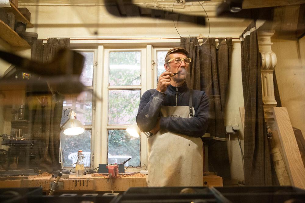 Pfeifenbauer Kai Gaeth in seiner Werkstatt