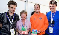 AMSTELVEEN - Teun de Nooijer (tweede van rechts) en Sophie von Weiler (tweede van links) zaterdag tijdens de presentatie van het boek De hockey top 50, de beste Nederlandse hockeyers in het Wagener Stadion in Amstelveen. In dit boek onthullen hockeyjournalisten Philip Kooke (L) en Rim Voorhaar (R) wie de beste Nederlandse hockeyers aller tijden zijn. ANP KOEN SUYK