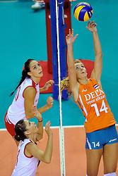 18-09-2011 VOLLEYBAL: DELA TROPHY NEDERLAND - TURKIJE: ALMERE<br /> Nederland wint met 3-0 van Turkije en wint hierdoor de DELA Trophy / (L-R) Polen Uslupehlivan, Gozde Kirdar Sonsirma, Laura Dijkema<br /> ©2011-FotoHoogendoorn.nl
