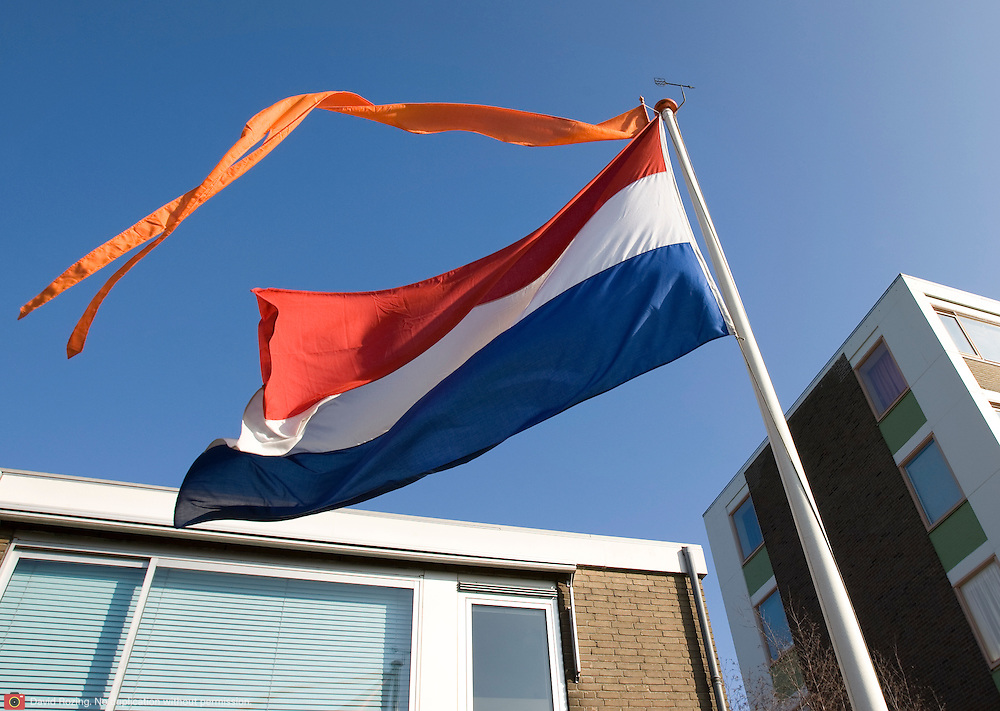 """Nederland Utrecht 31 januari 2009 20090131 Foto: David Rozing ..Serie vogelaarwijk Kanaleneiland .Nederlandse vlag Dutch flag voor woning, in achterstandsbuurt met overwegend allochtone inwoners.Reportage documentary on deprived area / projects """" Kanaleneiland """" This area is on a list with projects which need help of the government because of degradation in the area etc..Foto: David Rozing"""