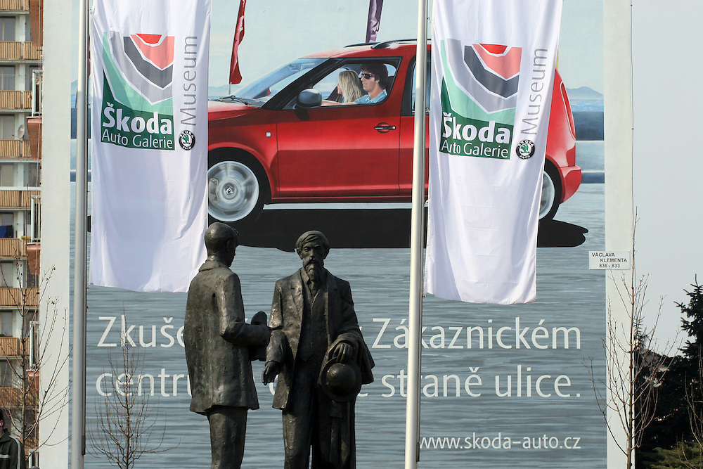 Mlada Boleslav/Tschechische Republik, Tschechien, CZE, 19.03.07: Die Skulpturen von den Skoda Gründern Vaclav Klement und Vaclav Laurin vor dem Skoda Automuseum in Mlada Boleslav. Im Hintergrund Werbung für den neuen Skoda Roomster.<br /> <br /> Mlada Boleslav/Czech Republic, CZE, 19.03.07: Sculptures of Skoda company founders Vaclav Klement and Vaclav Laurin promoting Skoda Auto Museum in front of Skoda Auto advertising poster in Mlada Boleslav. Czech car producer Skoda Auto is a subsidiary of the German Volkswagen Group (VAG).