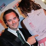 NLD/Blaricum/20111120 - Benefietdiner St. Stop Kindermisbruik, Jeroen Nieuwenhuize signeert de servettenjurk van Marvy Rieder