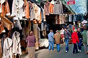 Największy w Zakopanem bazar regionalny pod Gubałówką - stoiska z kożuchami