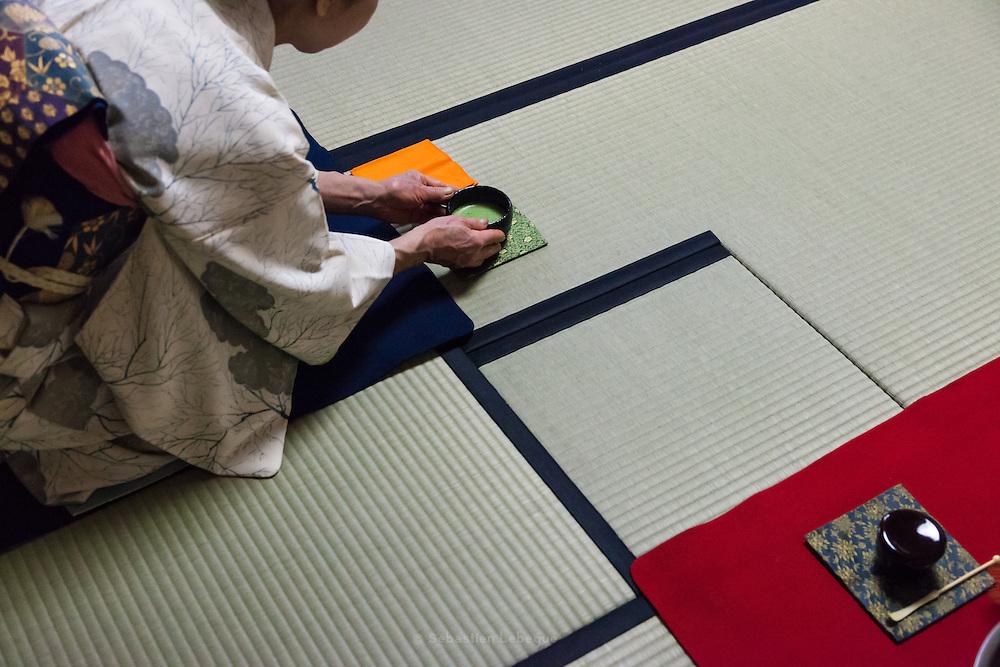 La cérémonie du thé , chanoyu  - 茶の湯 (« eau chaude pour le thé ») est influencée par le bouddhisme zen. Le silence doit régner et les gestes sont précis. Le maître de cérémonie prépare le thé face aux invités. Ces gestes sont lents et méticuleux. Le macha, thé traditionnel est une poudre verte qui se mélange à l'eau avec énergie avec un outil en bambou en forme de fouet.