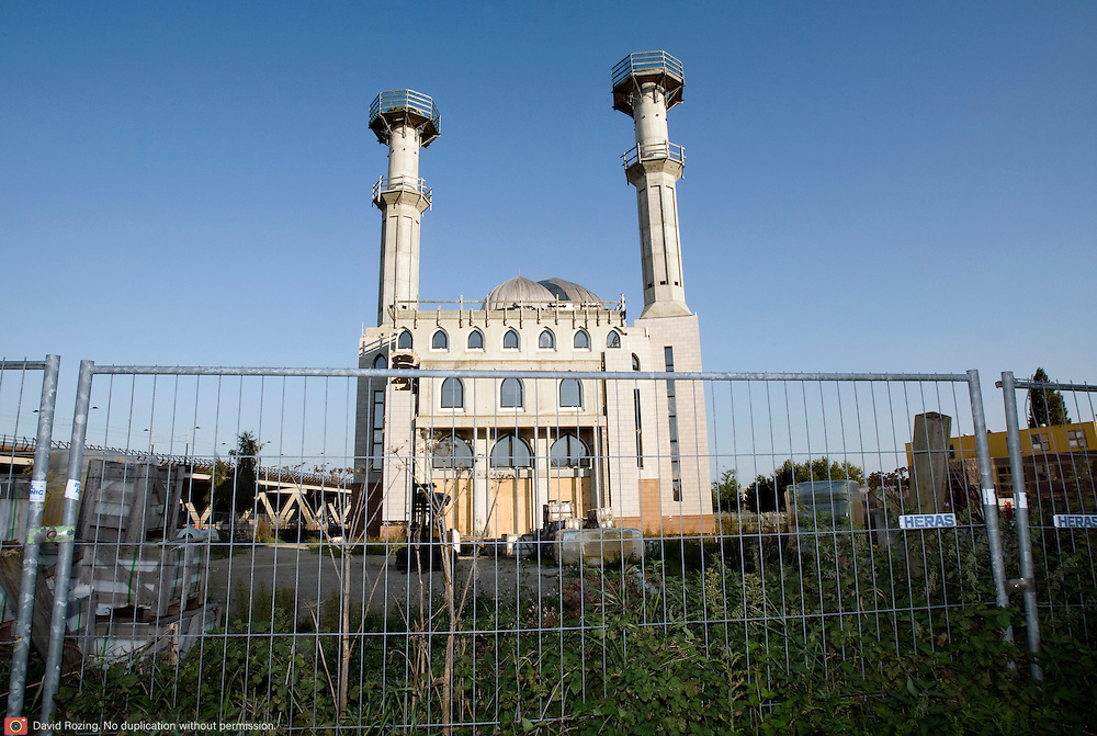 Nederland Rotterdam 19 september 2008 20080919 Essalam moskee op Rotterdam Zuid. Bouw ligt stil. De twee minaretten worden vijftig meter hoog. Een minaret wordt gebruikt om op te roepen tot het gebed. Dat gebeurt door een zogeheten muezzin. Tegenwoordig maken veel moskeeen, ook in islamitische landen, gebruik van een bandje en geluidsinstallatie. In Rotterdam roepen islamitische gebedshuizen alleen op vrijdagmiddag, voor de wekelijkse preek, op tot gebed. De verwachting is dat de Essalam-moskee, die mede gefinancierd wordt door een minister uit de Verenigde Arabische Emiraten, eind dit jaar klaar is. Tot die tijd moeten de gelovigen op Zuid het doen met hun huidige gebedshuis aan de Polderlaan in Feijenoord. Foto David Rozing
