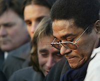 GYOER/HUNGRIA-27 JANEIRO:Portuguese soccer legend EUSEBIO, surrounded by Benfica soccer whatch the grave of Miklos Feher, who played for Portuguese team Benfica at his funeral. Feher collapsed during a league match in Portugal on Sunday and died shortly afterwards. <br />(PHOTO BY:AFCD/GERARDO SANTOS)