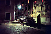 Italie, Venetie, 9-3-2008Bruggetje bij nacht. Bridge at nighttime.Foto: Flip Franssen