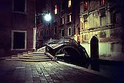 Italie, Venetie, 9-3-2008Bruggetje bij nacht. Bridge at nighttime.Foto: Flip Franssen