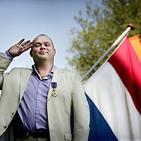 Nederland.Amsterdam.27 april 2007.<br /> Televisiemaker, programmamaker, presentator Paul de Leeuw met lintje op het balkon van het Amstel hotel.<br /> <br /> <br /> Foto:Jean-Pierre Jans/