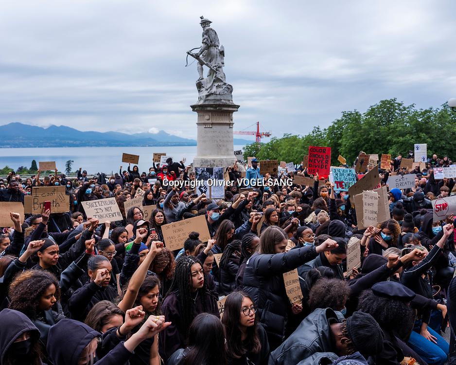 Lausanne, 07 juin 2020. Près de 2000 selon la police ont manifesté contre le racisme dimanche à Lausanne sous le slogang Black lives matter. Des sit-in se sont tenus en différents endroits de la ville. Un cortège a sillonné le centre-ville et les manifestants se sont rassemblé au pied du le tribunal d'arrondissement à Montbenon ou des prises de paroles se sont tenues pendant près de 2 heures. © Olivier Vogelsang