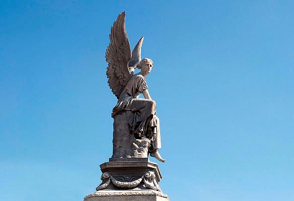 Nederland, Nijmegen, 1-5-2012Beeld van een engel ter nagedachtenis aan de aanleg van de spoorlijn tussen Kleef en Nijmegen. Ter ere daarvan werd in 1884 dit monument in renaissancestijl opgericht op het Valkhof plein. Op de sokkel zit een engel, voorstellende de gevleugelde Victoria, god van de overwinning, die een lauwerkrans werpt. Het zinken beeld is een kopie van een in de jaren '30 van de 19de eeuw gemaakt marmeren beeld van C.D. Rauch.Foto: Flip Franssen/Hollandse Hoogte