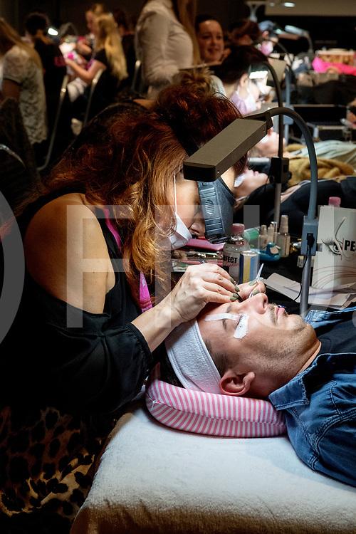 HARDENBERG - Beauty Beurs.<br /> Foto: Tom Kuipers laat zijn wimpers behandelen.<br /> FFU PRESS AGENCY COPYRIGHT FRANK UIJLENBROEK