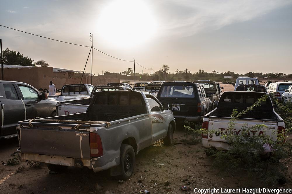 29012018. Niger. Agadez. Camp militaire. Les véhicules confisqués aux passeurs sont immobilisés ici. Il y a 107 4x4 de marque Toyota, souvent des modèles Hilux, ou Land Rover. La plupart des voitures ont une plaque d'immatriculation libyenne.