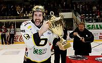 Ishockey<br /> 6. finale i NM<br /> Lørenskog Ishall 13.04.12<br /> Lørenskog - Stavanger Oilers<br /> Stavanger feirer NM gull , Lars Peder Nagel kåres til finaleseriens beste spiller MVP<br /> Foto: Eirik Førde