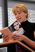 The academy award winning actress and screenplay writer Emma Thompson officially launched the Anne Frank House's new 'Anne Frank Tree' website today (www.annefranktree.com). The website, in six different languages, offers people around the world a platform to express their affinity with Anne Frank. Emma Thompson placed the first leaf with her name in the virtual tree. <br /> <br /> <br /> <br /> De Britse actrice en scenarioschrijfster Emma Thompson heeft op woensdag 1 februari in het Anne Frank Huis de website 'Anne Frank Boom' (www.annefranktree.com) gelanceerd. De website is zestalig en biedt mensen wereldwijd een platform om uitdrukking te geven aan hun verbondenheid met Anne Frank en haar gedachtegoed. Emma Thompson liet als eerste een blaadje met haar naam in de virtuele boom achter.