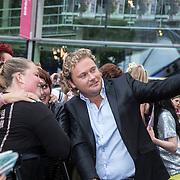 NLD/Amstelveen/20140610 - TROS Muziekfeest op het Plein 2014 Amstelveen, Wesly Bronkhorst maakt een selfie met fan's