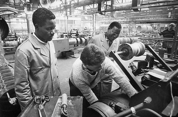Nederland, Doetinchem, 15-3-1988Stagaires van een verkoopkantoor uit Afrika wordt uitgelegd hoe in de fabriek van Vredestein autobanden worden gemaakt.Foto: Flip Franssen/Hollandse Hoogte
