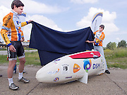 Jan Bos (links) en projectleider Paul Denissen onthullen de VeloX2. Het Human Powered Team Delft en Amsterdam presenteert de VeloX2, de fiets waarmee ze het wereldrecord willen verbreken dat nu op 133 km/h staat. Jan Bos, een van de rijders die het record gaat proberen te verbreken, gaat de strijd aan met zijn broer Theo Bos op de gewone racefiets. Jan wint uiteindelijk glansrijk en haalt 77,2 km/h.<br />