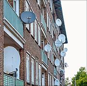 Nederland, Amsterdam, 1-9-2012Schotelantennes in de wijk Bos en Lommer op een flat.Foto: Flip Franssen/Hollandse Hoogte
