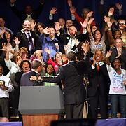 """El presidente Barack Obama junto al Governador de Massachusetts, Deval Patrick saluda a un entusiasmado publico,durante el rally por la reeleci?n de Sr. Patrick. <br />   <br /> Una multitud de  aprox. 10,000 personas, espero durante 4 horas para entrar en el Hynes Convention Center, en Boston. <br /> <br /> """"Si tu quieres mover un carro para adelante, donde tu lo pones"""" pregunt? retoricamente Obama- """"Lo pones en D""""  Ensequidas a?adi?:""""Como lo mueves para adetras?"""" Continuo el presidente hablando retoricamente- """"Lo pone en R"""". <br /> El publico respondi? al comentario con un aplauso.<br /> <br /> Obama parecio algo cansado y con frecuencia repitio lineas de otros discursos."""