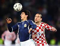 Fotball<br /> 01.03.2006<br /> Argentina v Kroatia<br /> Foto: imago/Digitalsport<br /> NORWAY ONLY<br /> <br /> Nicolas Burdisso (Argentinien, li.) - Kopfball gegen Dado Prso (Kroatien)