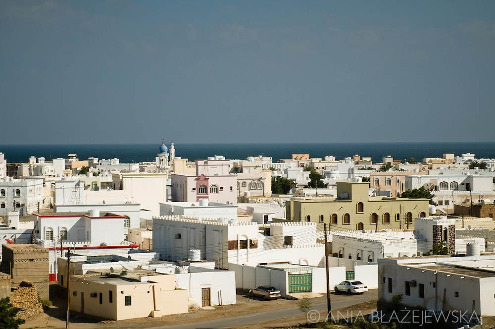 Oman, Sur. There are a lot of apartments and houses built for rent in the newer part of Sur, but most of them are still empty - the Omanis have their own houses and these apartments are definitely too expensive for immigrants from Asia.