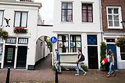 In Utrecht dragen jongeren een bank door de binnenstad.<br /> <br /> In Utrecht young people carry a couch and pillows in the city center.