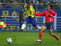 Fotball. 20.11.02.<br />Sør Korea v Brasil.<br />Ronaldo scorer for Brasil.<br />Kim Tea-Young, Korea.<br />Foto: Takamoto Tokuhara, Digitalsport