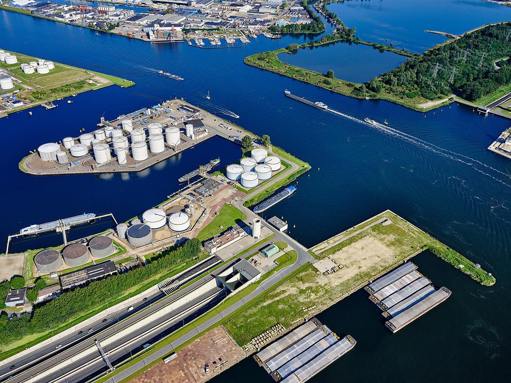 Nederland, Noord-Holland, Amsterdam, 02-09-2020; kruising Tweede Coentunnel met Noordzeekanaal, zicht op de Noorder IJ-Plas en Noorder IJpolder. Petroleumhaven met Benzine terminal van VARO.<br /> Second Coentunnel, crossing with the North Sea Canal, with a view of the Noorder IJ-Plas and Noorder IJpolder. Petroleum harbor with VARO petrol terminal.<br /> <br /> luchtfoto (toeslag op standard tarieven);<br /> aerial photo (additional fee required);<br /> copyright foto/photo Siebe Swart
