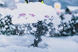 THEMENBILD - ein Mann schiebt und schaufelt frischen Neuschnee von einem Parkplatz, aufgenommen am 29. Jänner 2020 in Kaprun, Oesterreich // a man pushes and shovels fresh snow from a parking lot, in Kaprun, Austria on 2020/01/29. EXPA Pictures © 2020, PhotoCredit: EXPA/Stefanie Oberhauser