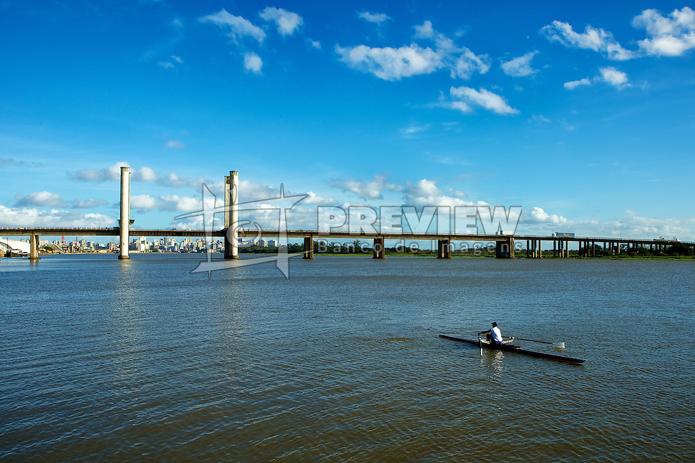 Vista da Ponte Getulio Vargas, com remador no lago Gaíba, em Porto Alegre. FOTO: Jefferson Bernardes / Preview.com