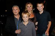 EDISON POP AWARDS 2010 in  het World Trade Center, Rotterdam Joep van Deudekom met familie