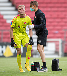 En skadet Jacob Rinne (AaB) må lade sig udskifte under kampen i 3F Superligaen mellem FC København og AaB den 17. juni 2020 i Telia Parken, København (Foto: Claus Birch).