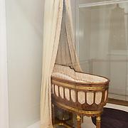 NLD/Amsterdam/20181003 - Koning opent tentoonstelling 1001 vrouwen in de 20ste eeuw, wieg die bij de geboorte van Juliana aan Wilhelmina werd geschonken door de vrouwen en meisjes van Amsterdam